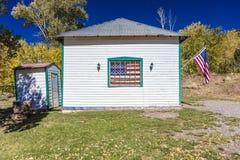 USA flaga wiesza na starym domowym outside Ouray, Kolorado, trasa 550, Wrzesień 26, 2016 Fotografia Royalty Free