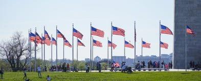 USA flaga wokoło Waszyngtońskiego zabytku KWIECIEŃ 8, 2017 - WASZYNGTON, dystrykt kolumbii - Obraz Stock