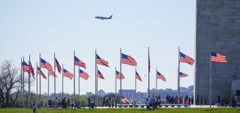 USA flaga wokoło Waszyngtońskiego zabytku KWIECIEŃ 8, 2017 - WASZYNGTON, dystrykt kolumbii - Fotografia Royalty Free