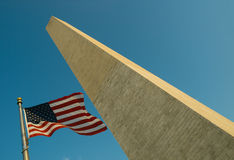 USA flagga i Washington Monument Arkivfoton