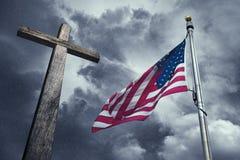 USA flagga med ett träkors royaltyfri bild