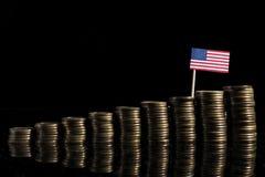 USA flagga med lotten av mynt på svart Arkivbild