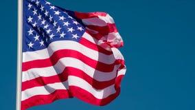 USA-flagga mot himlen arkivfilmer