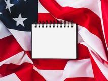 USA-flagga och tom sida arkivbild