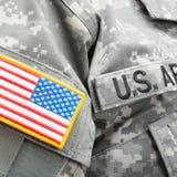 USA flagga och U S Armélapp på den militära likformign - nära övre Fotografering för Bildbyråer