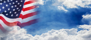 USA flagga på bakgrund för moln och för blå himmel för 4 juli Fotografering för Bildbyråer