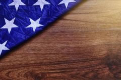 USA flagga på brun träbrädeplats Arkivfoto