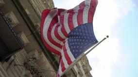 USA flagga p? byggnad arkivfilmer