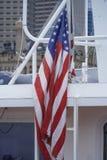 USA-flagga på den Boston hamnen - BOSTON, MASSACHUSETTS - APRIL 3, 2017 Royaltyfri Foto