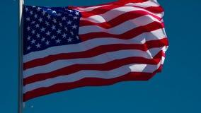 USA-flagga som fladdrar i himlen stock video