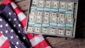 USA-flagga, suitacse och pengar arkivfilmer