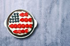 USA flaggakaka, patriotisk 4th av den Juli efterrätten, Brownie Decorated med bär och gräddost, idérik mat Arkivbild