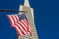USA-Flagge und das Pyramide Transamerica-Gebäude im Finanzbezirk von San Francisco, Kalifornien, USA lizenzfreies stockfoto