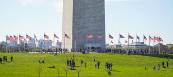 USA-flaggor runt om Washington Monument - WASHINGTON, DISTRICT OF COLUMBIA - APRIL 8, 2017 Royaltyfri Fotografi
