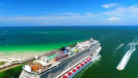 USA florida Miami Beach JULI 2017: Kreuzschiff, das Hafen von Miami verlässt stock video footage
