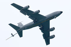 USA-flygvapen KC-135 som tankar nivån Royaltyfri Fotografi