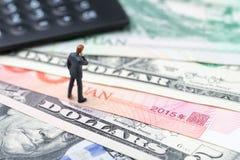 USA i Chiny finansowy ekonomiczny kierunek transakcja i zgody pojęcie, wojny handlowej, importa i eksporta, kalkulator z miniatur zdjęcia royalty free