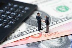 USA i Chiny finansowy ekonomiczny kierunek transakcja i zgody poj?cie, wojny handlowej, importa i eksporta, kalkulator z miniatur zdjęcia stock