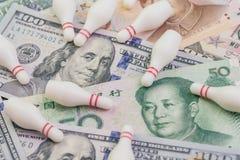 USA i Chiny wojna handlowa i taryfowa negocjacja nie udać się pojęcie, kręgle szpilki spada oddzielnie na Stany Zjednoczone Amery obraz royalty free