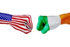 USA i Irlandia flaga Pojęcie walka, biznesowa rywalizacja, konflikt lub wydarzenia sportowe, Fotografia Stock