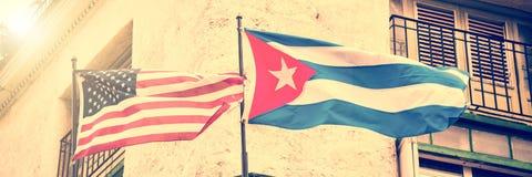 USA i Kubańskie flaga popierają kogoś popierają kogoś w Hawańskim Kuba - obok - zdjęcia stock