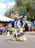 USA: Indianer, der einen fantastischen Feder-Tanz durchführt Lizenzfreies Stockfoto