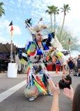 USA: Indianer, der einen fantastischen Feder-Tanz durchführt Stockbild