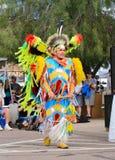 USA: Indianer, der einen fantastischen Feder-Tanz durchführt Stockfoto