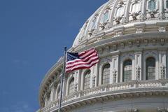 USA-Kapitolium och amerikanska flaggan Fotografering för Bildbyråer