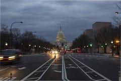 USA-Kapitoliumbyggnad med den Pennsylvania aven på skymning Royaltyfri Foto
