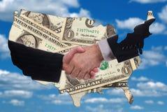 USA-Kartenumreiß mit Händedruck und Geld Stockfoto