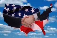 USA-Kartenumreiß mit Händedruck und Markierungsfahne Lizenzfreie Stockfotografie