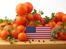 USA kennzeichnen auf einer Holzverkleidung mit den Tomaten, die auf einem weißen BAC lokalisiert werden Lizenzfreies Stockfoto