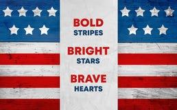 USA kennzeichnen auf Holz, patriotischer Slogan lizenzfreie stockbilder