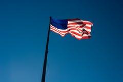 USA kennzeichnen gegen einen blauen Himmel Lizenzfreies Stockfoto