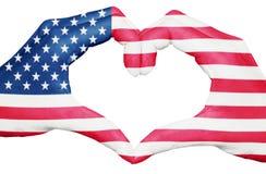 USA kennzeichnen gemalt auf den Händen, die ein Herz bilden, das auf weißem Hintergrund, den Vereinigten Staaten von Amerika Staa Lizenzfreie Stockfotos