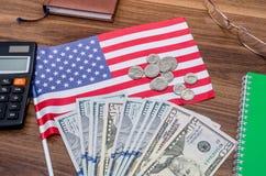 USA kennzeichnen mit Dollarscheinen und Münzen, Taschenrechner, Notizblock Stockbilder