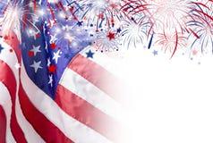USA kennzeichnen mit Feuerwerkshintergrund für Unabhängigkeitstag den 4. Juli Stockbilder