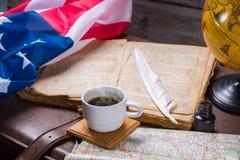 USA kennzeichnen nahe geöffnetem Buch Lizenzfreies Stockfoto