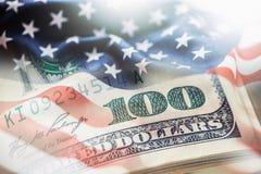 USA kennzeichnen und amerikanische Dollar Amerikanische Flagge, die im Wind und in 100 Dollar Banknoten im Hintergrund durchbrenn Stockbild