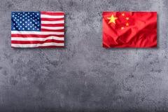 USA kennzeichnen und Porzellanflagge auf konkretem Hintergrund Lizenzfreie Stockfotos
