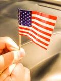 USA kennzeichnen wird gehalten von einem Jungen Lizenzfreie Stockfotos