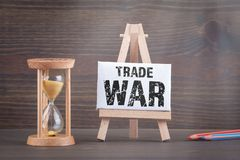 USA - Kina handlar krigbegrepp Sandglass, timglas eller ?ggklocka p? tr?tabellen royaltyfri fotografi