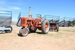 USA: Klassischer Traktor - IH Farmall 1953 Superc mit Drillmaschine Lizenzfreies Stockfoto