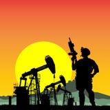 USA-kommandosoldat med oljeplattformar på bakgrunden Arkivfoton