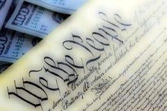 USA-konstitution med hundra dollarräkningar som över sitter - begrepp för kris för Förenta staternaskuldtak arkivbilder