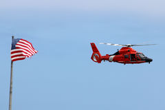 USA-kustbevakning Helicopter med USA-flaggan Royaltyfri Foto