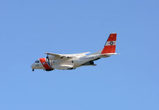 USA-kustbevakningflygplanet avgår på patrull Arkivbild