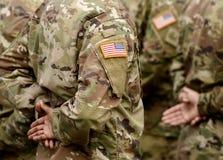 USA lappflagga på soldatarmen USA-soldater royaltyfri foto