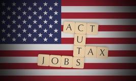 USA-Nachrichten-Konzept: Buchstabe deckt Steuersenkungen mit Ziegeln und Jobs handeln nach US-Flagge, Illustration 3d stock abbildung